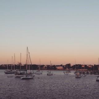 Empfehlenswert: Sonnenuntergang am Hafen und eine Flasche Rotwein.